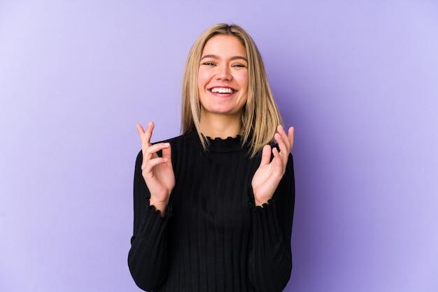 Молодая белокурая кавказская женщина изолировала радостный смеяться над много. концепция счастья. Premium Фотографии