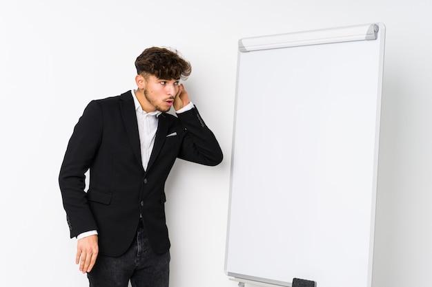Молодой бизнес коучинг арабский человек пытается слушать сплетни. Premium Фотографии