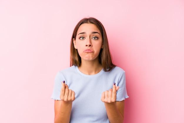 スキー服を着た若い白人女性は彼女がお金を持っていないことを示す分離しました。 Premium写真