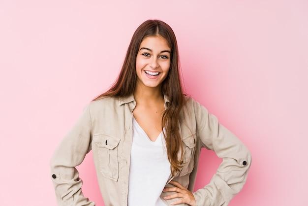若い女性が自信を持ってポーズを腰に手 Premium写真