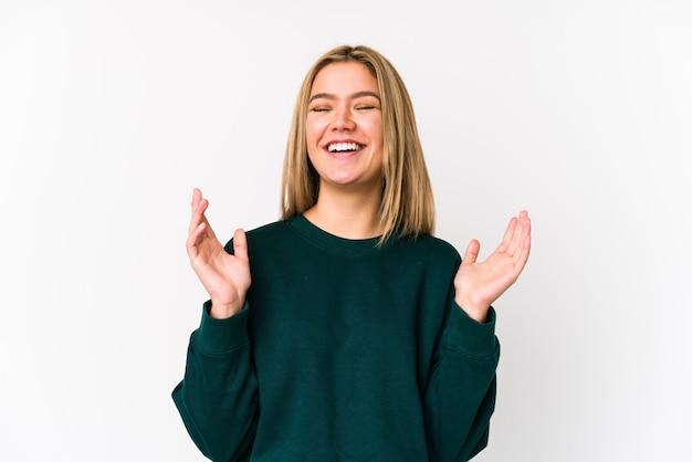 Молодая белокурая кавказская женщина радостный смеяться над много Premium Фотографии