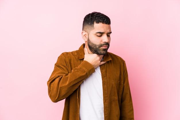 若いラテン系男性は、ウイルスや感染症により喉の痛みに苦しむ Premium写真