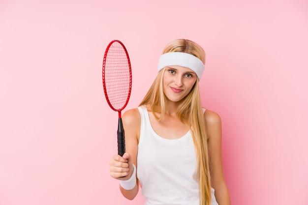 Молодая блондинка играет в бадминтон Premium Фотографии