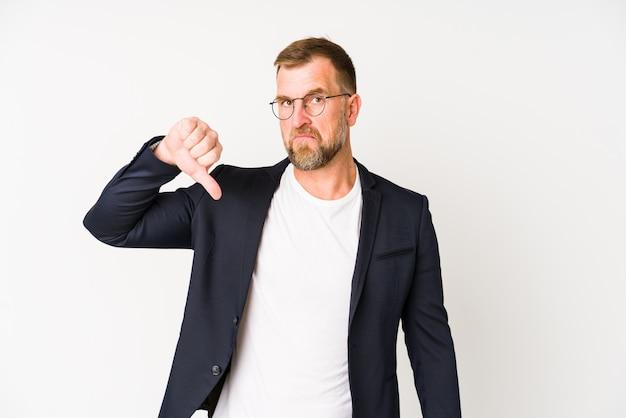 嫌いなジェスチャー、親指ダウンを示す白い壁にシニアビジネス男 Premium写真
