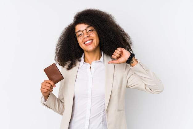 クレジットカードを保持している若いアフロビジネス女性は誇りに思って、自信を持って Premium写真