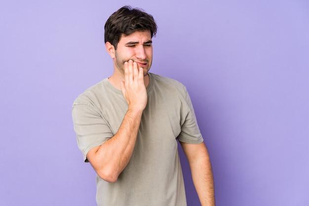 強い歯の痛み、臼歯の痛みを持つ紫色で分離された若い男。 Premium写真