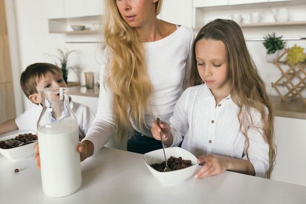 母は子供たちの朝食を調理します Premium写真