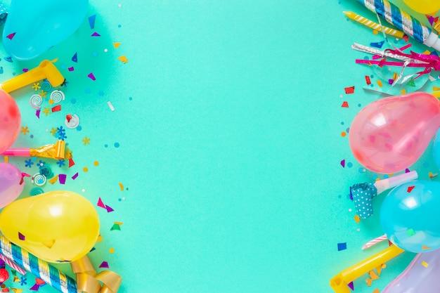 デコレーションパーティー。風船とさまざまなパーティーの装飾トップビューのフレームの背景 Premium写真