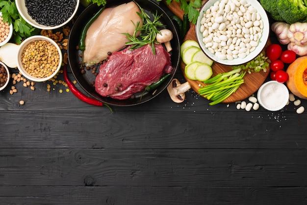 Деревянная еда стола с различной едой диеты Premium Фотографии