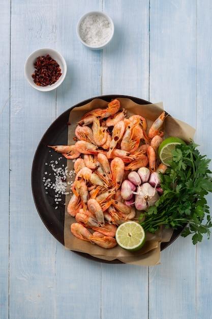 エビフライの準備のための食材を調理鍋に生えびトップビュー Premium写真