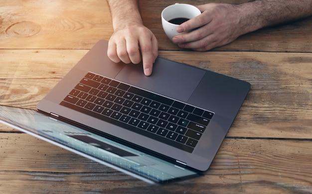 ホームオフィスビジネスで机に取り組んでいる実業家 Premium写真