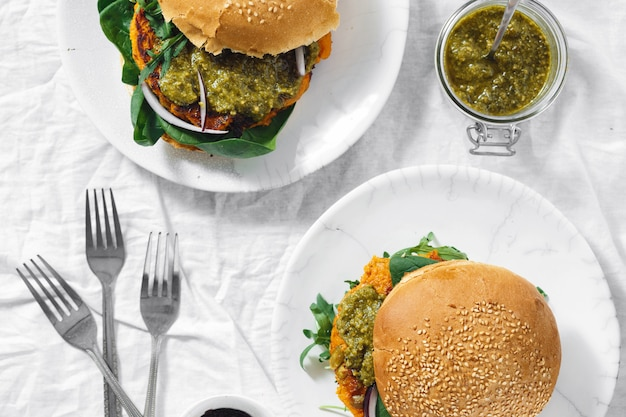ベジタリアンバーガーカボチャカツレツほうれん草ルッコラペストトップビュー健康食品 Premium写真