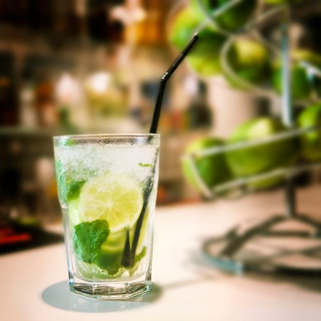 Коктейль мохито в баре Premium Фотографии