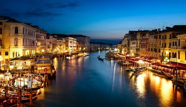 Гранд-канал ночью, венеция Premium Фотографии