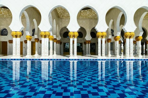Белая мечеть в арабском стиле Premium Фотографии