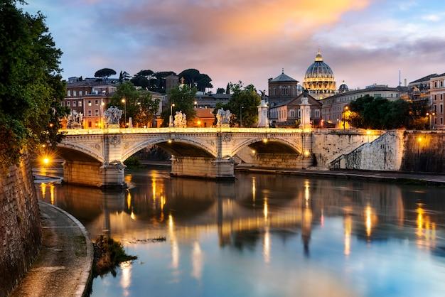 夜のローマ市内 Premium写真
