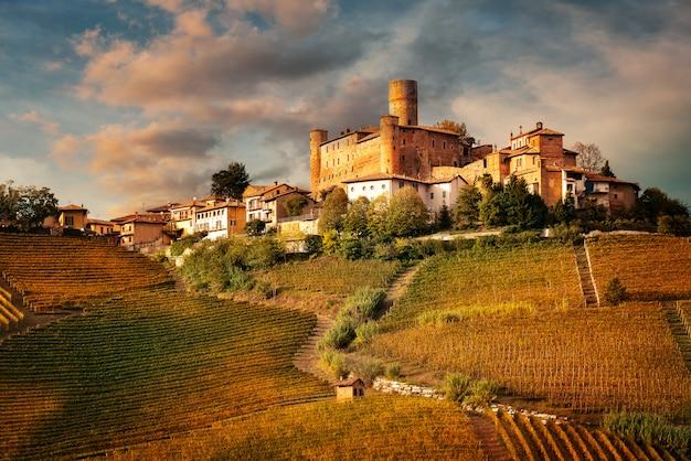 カスティリオーネ・ファレット、イタリア・ピエモンテ州ランゲのバローロワイン地方の村 Premium写真