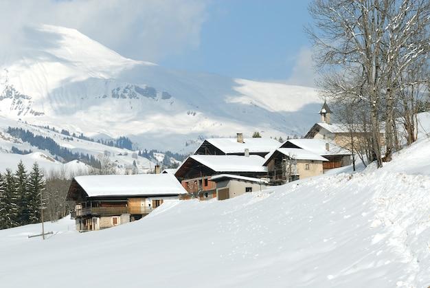 Маленькая деревня во французских альпах Premium Фотографии