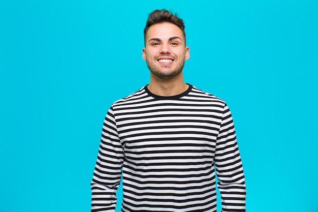 幸せでグーフィーに見えて、広くて楽しい、ルーニーな笑顔と目を大きく開いた Premium写真