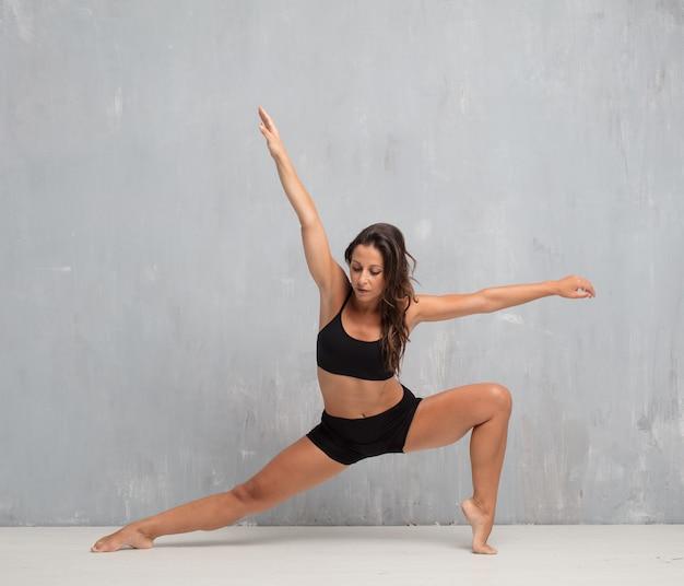 若い美しい女性のフルボディ。ストリートダンスコンセプト Premium写真