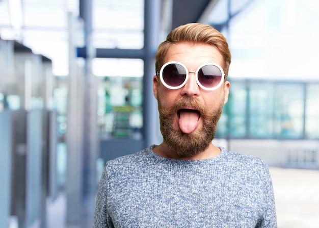金髪ヒップスターマン。幸せそうな表情 無料写真