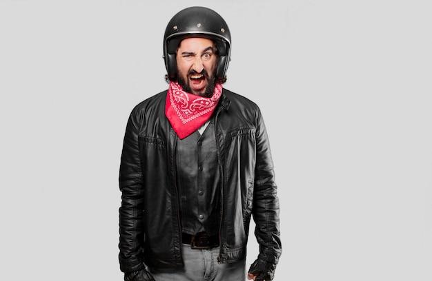 叫ぶと怒っているバイクライダー Premium写真