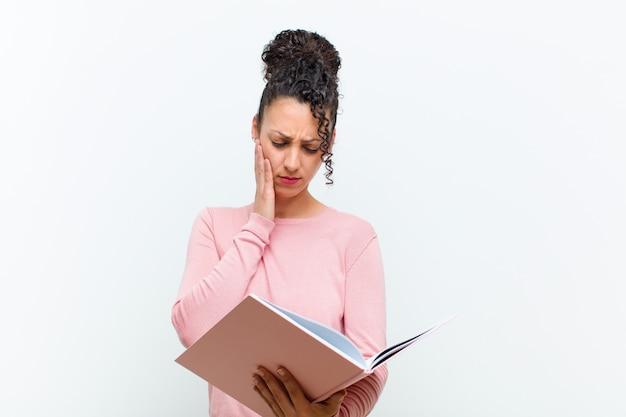 書籍と若いきれいな女性 Premium写真