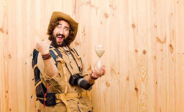 Молодой сумасшедший исследователь с соломенной шляпой и рюкзаком Premium Фотографии