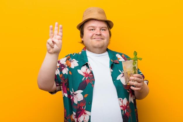 モヒートドリンクを持つ若い大きなサイズの男 Premium写真