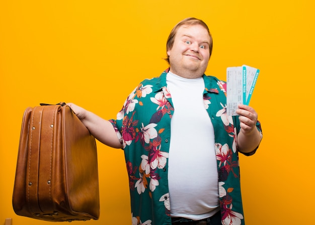 若い大きな男旅行フラット壁 Premium写真