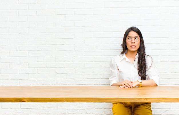 心配して探している若いかなりラテン女性ストレス不安と怖がってパニックと歯を食いしばって Premium写真
