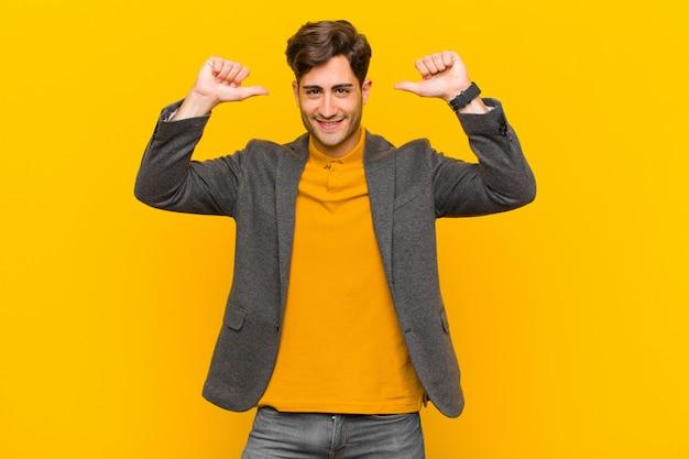 誇りに思って、,慢で自信を持って、満足して成功しているように見え、自己を指している Premium写真