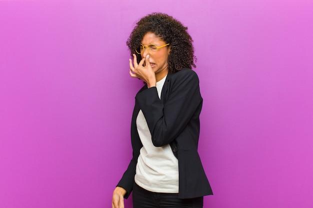 嫌悪感を感じている若い黒人ビジネス女性 Premium写真