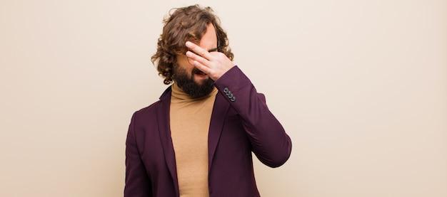 若者はうんざりして、フラットカラーに対して悪臭や不快な悪臭の臭いを避けるために鼻を保持してうんざりしている狂気の男 Premium写真