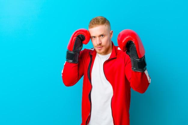 スポーツ服を着ている若いブロンドの男 Premium写真