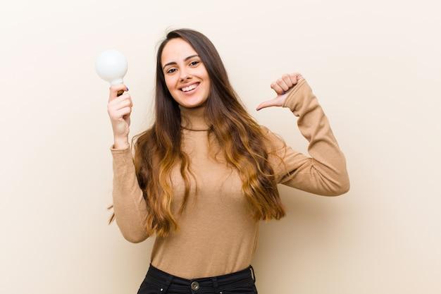 アイデアを持つ電球、若いきれいな女性 Premium写真
