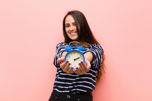 時計の若いきれいな女性。時間の概念 Premium写真