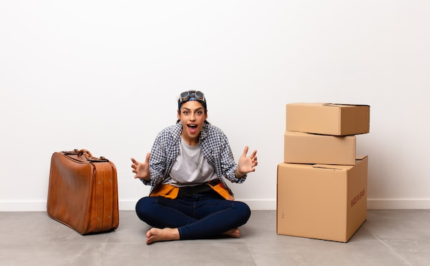 Молодая красивая женщина улыбается и смотрит дружелюбно, показывая номер девять или девятый с рукой вперед, считая вниз концепции домашнего хозяйства Premium Фотографии