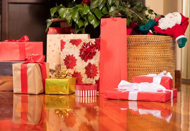 картинка гора подарков под елкой перешёл