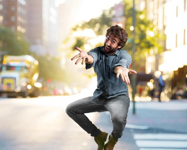 狂気の若い男ジャンプ。幸せそうな表情 無料写真