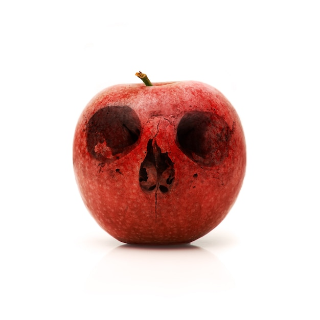 Красное яблоко с черепом нарисованы на него Бесплатные Фотографии