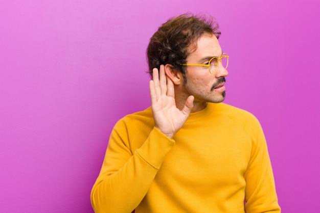 Выглядит серьезным и любопытным, слушает, пытается услышать секретный разговор Premium Фотографии