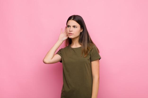Выглядит серьезным и любопытным, слушает, пытается услышать секретный разговор или сплетни, подслушивает Premium Фотографии