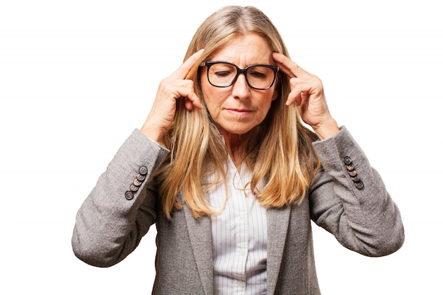 Старая женщина в очках, чтобы видеть и пальцы на висках Бесплатные Фотографии