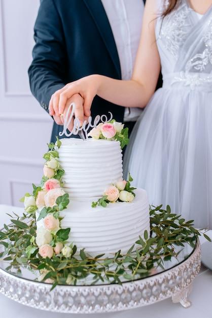 花と白いウェディングケーキ Premium写真