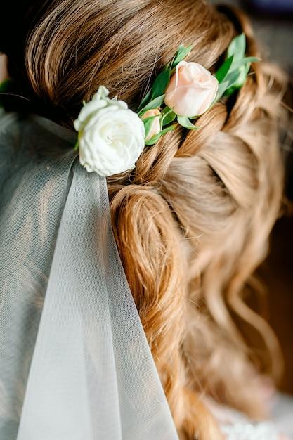 Портрет привлекательной молодой женщины с красивой прической и стильным аксессуаром для волос, вид сзади Premium Фотографии
