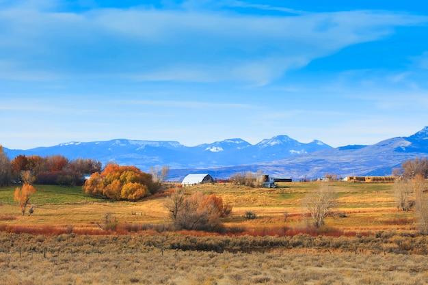 秋のワイオミング州の農場 Premium写真