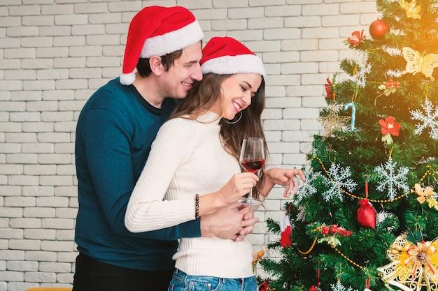 Празднование рождества пары. Premium Фотографии