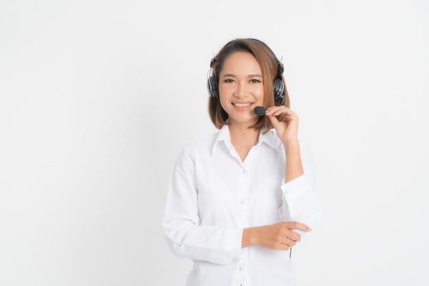 コールセンターのオペレーターの女性。 Premium写真