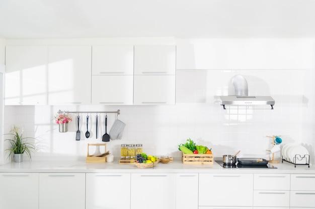 完全にきれいな真っ白な夢のキッチン。 Premium写真